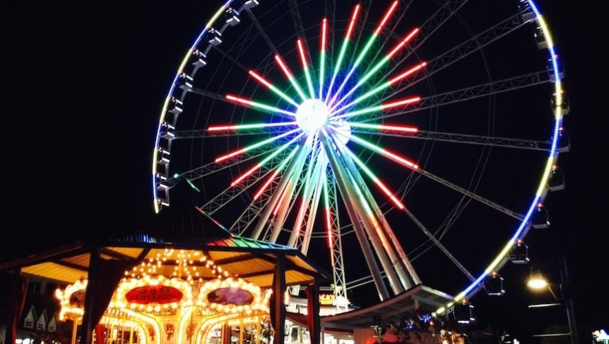 The neon ferris wheel at The Island in Pigeon Forge at night.